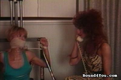 Dominatrice travaille la chatte de deux soumises ligotées nues