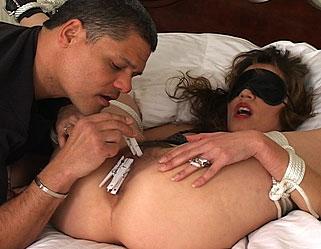 Latina allume son mari qui l'attache por s'amuser avec la salope reduite a l'impuissance