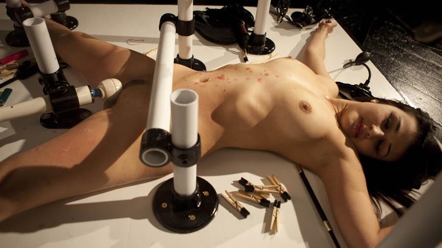 slavin ligt bij te komen na zeer extreme torture sessie