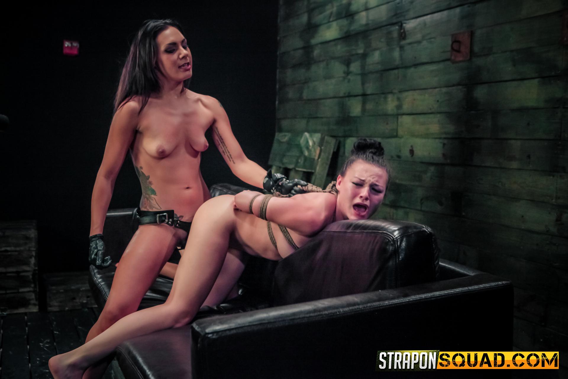 geile mistress is slavinnetje aan het verkrachten met strapon