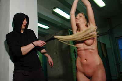 dominante man geeft onderdanig blondje lijfstraf